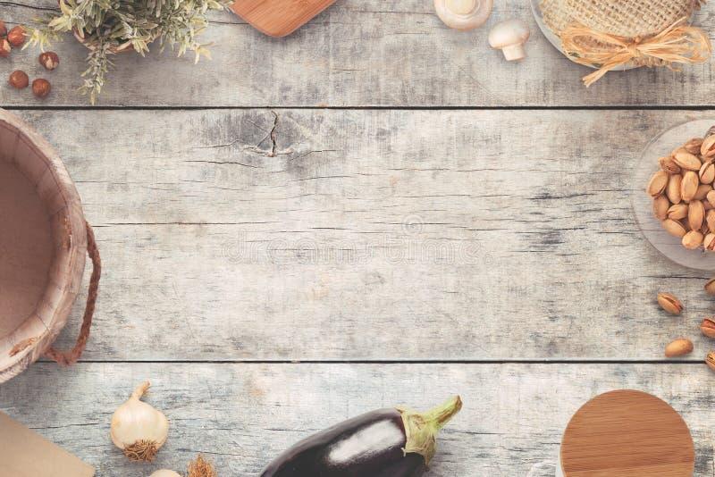 Tabla de cocina vieja del estilo del vintage con cocinar los ingredientes imagenes de archivo
