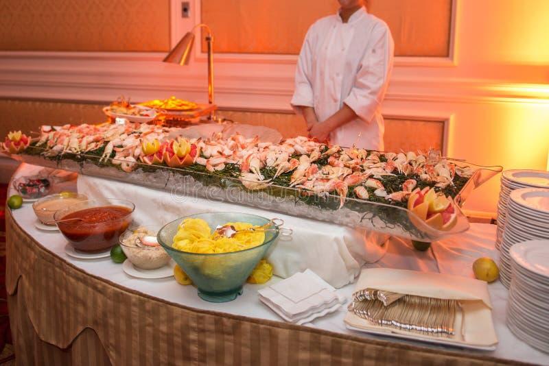 Tabla de comida fría con los mariscos con el camarón y los cangrejos en banquete de lujo del evento Concepto del servicio del aba foto de archivo libre de regalías