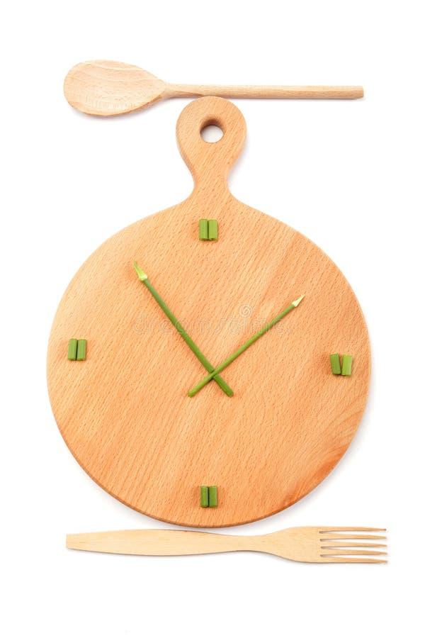 Tabla de cortar con las cebollas verdes cortadas presentada como a fotografía de archivo libre de regalías