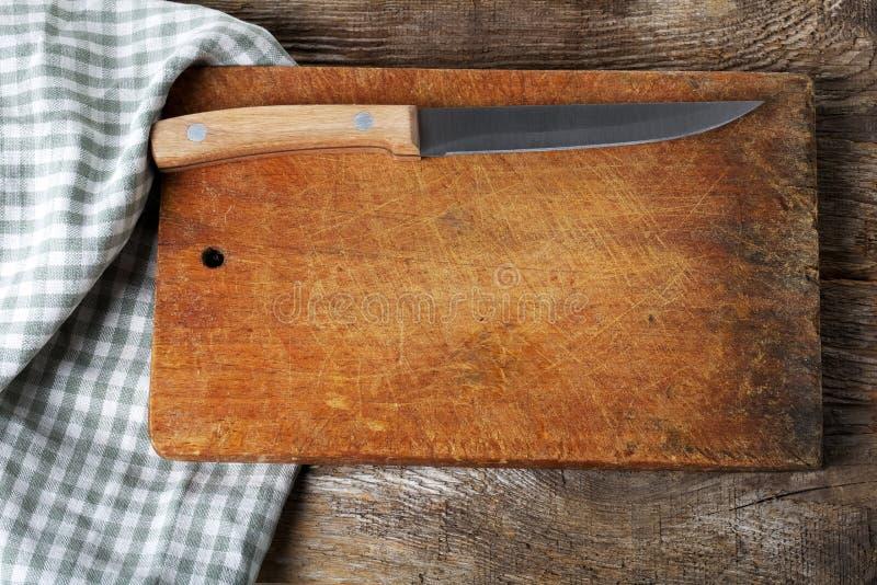 Tabla de cortar con un cuchillo fotos de archivo
