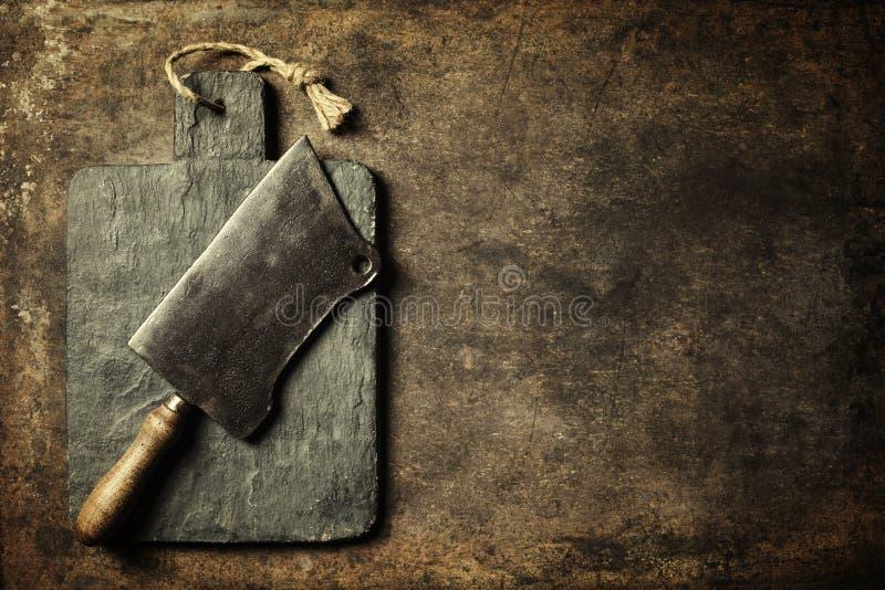 Tabla de cortar del vintage y cuchilla de carne imagen de archivo libre de regalías