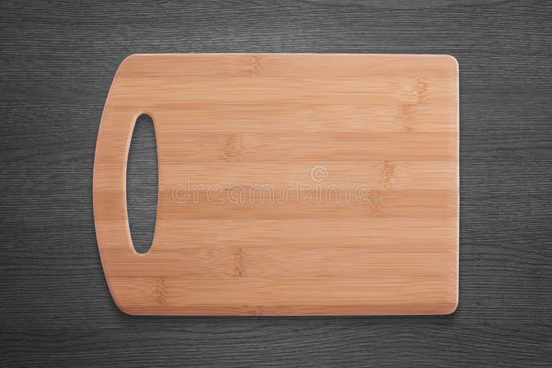Tabla de cortar de la comida en el escritorio de madera negro Espacio libre para el logotipo o el texto foto de archivo