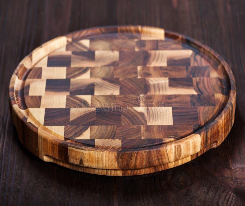 Tabla de cortar de madera en fondo oscuro Visión superior fotos de archivo libres de regalías