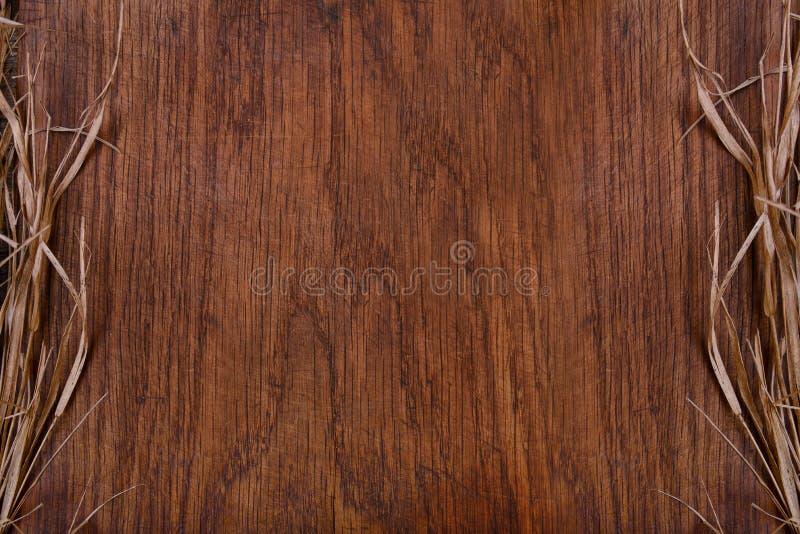 Tabla de cortar rústica de madera vacía con el espacio de la copia de la paja para el texto foto de archivo libre de regalías