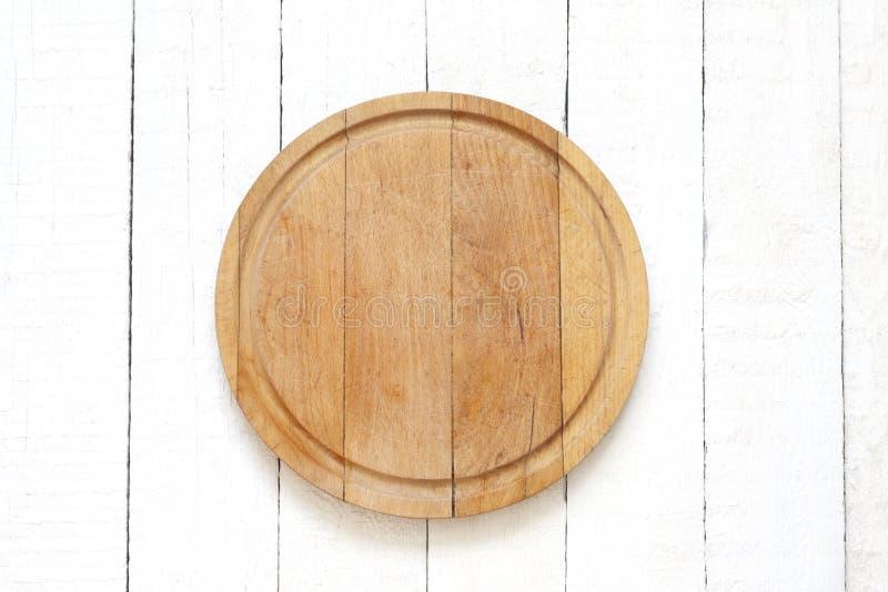 Tabla de cortar vacía en el fondo blanco de la comida de los tablones fotos de archivo