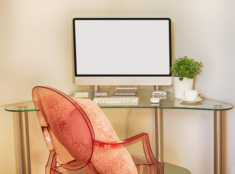 Tabla de funcionamiento con el ordenador y la silla rosada foto de archivo