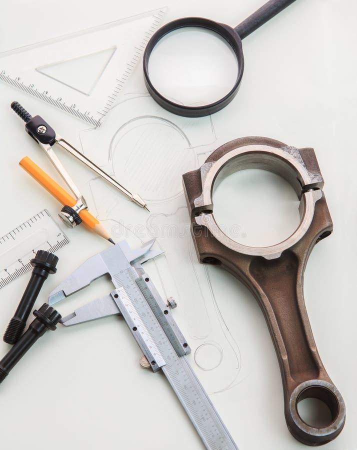 Tabla de funcionamiento de la ingeniería automotriz con el pistón y el drenaje del motor fotos de archivo