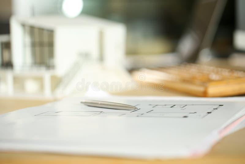 Tabla de funcionamiento del arquitecto con la pluma de plata que miente en modelos foto de archivo libre de regalías