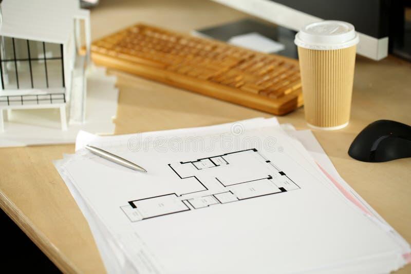 Tabla de funcionamiento vacía del arquitecto con proyecto arquitectónico imagen de archivo