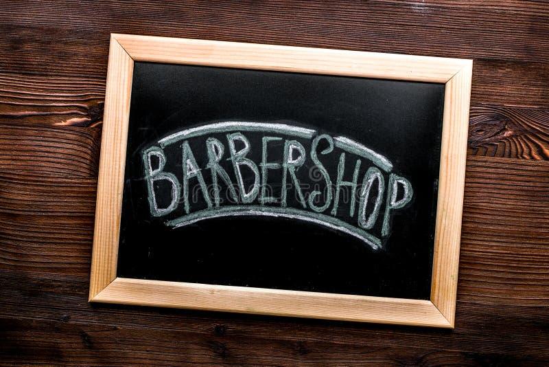 Tabla de la barber?a en concepto cosm?tico de los hombres en maqueta de madera de la opini?n superior del fondo fotos de archivo