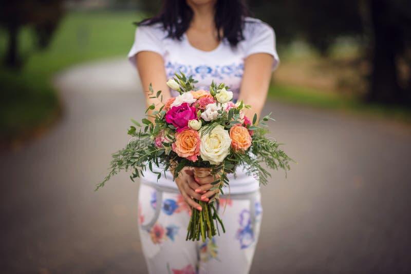 Tabla de la boda con el arreglo floral preparado para la pieza central de la recepción, de la boda, del cumpleaños o del aconteci foto de archivo
