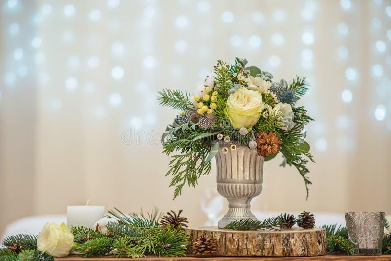 Tabla de la boda con el arreglo floral preparado para la pieza central de la recepci?n, de la boda, del cumplea?os o del aconteci foto de archivo