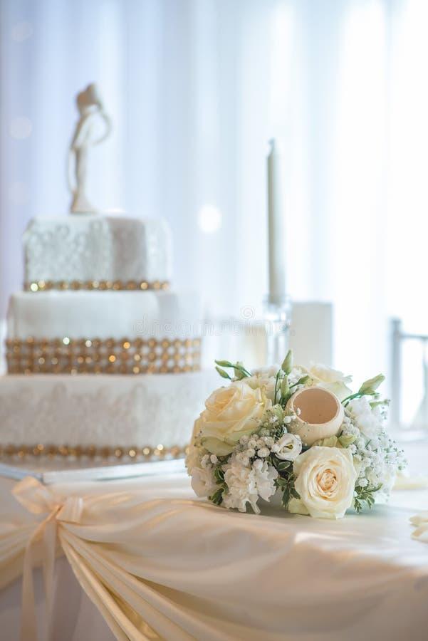 Tabla de la boda con las flores y la recepción de las decoraciones, de la boda o del evento imagen de archivo