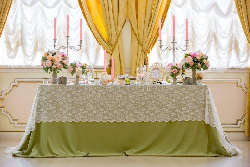 Tabla de la boda de Decirated para los recienes casados foto de archivo