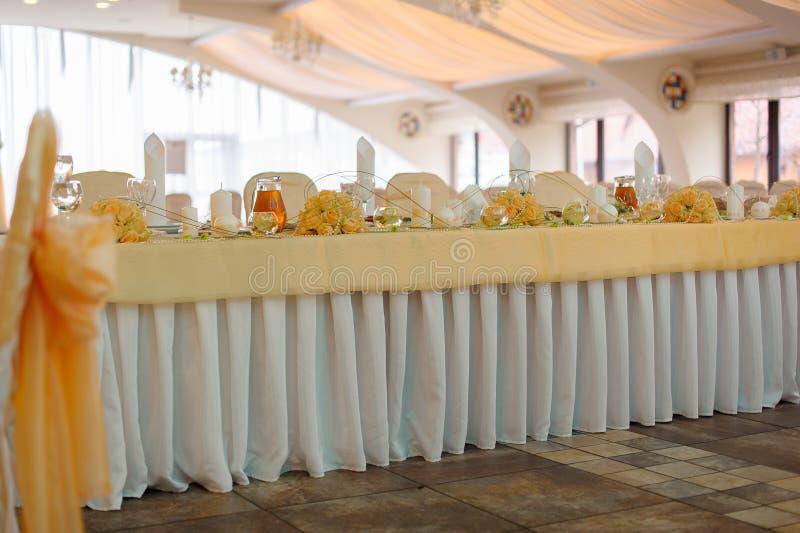 Tabla de la boda en un pasillo brillante celebrador fotografía de archivo libre de regalías