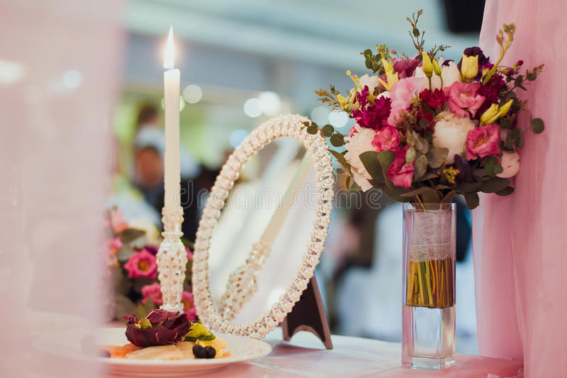 Tabla de la decoración de la boda fotografía de archivo libre de regalías