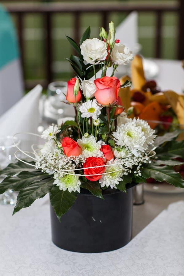 Download Tabla De La Decoración De La Boda Con Las Flores Foto de archivo - Imagen de arreglo, acontecimiento: 42432168