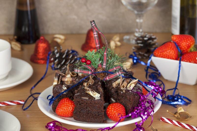 Tabla de la fiesta de Navidad con la torta de chocolate y los strawberrys imágenes de archivo libres de regalías
