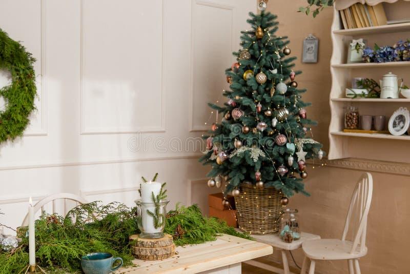 Tabla de la fiesta de Navidad con las ramas de la víspera en sala de estar imagenes de archivo
