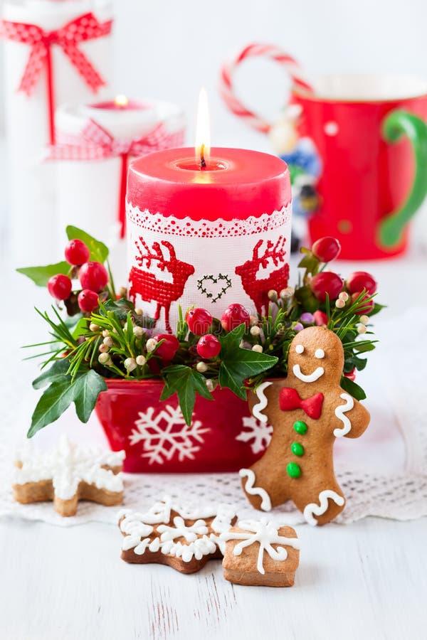 Tabla de la Navidad adornada con la vela imagen de archivo