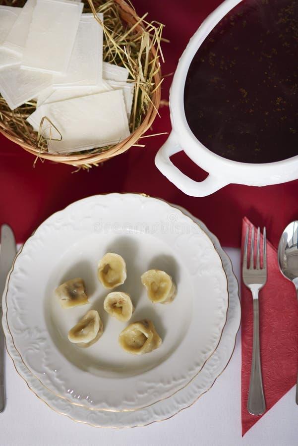 Tabla de la Navidad con las comidas polacas tradicionales fotos de archivo libres de regalías