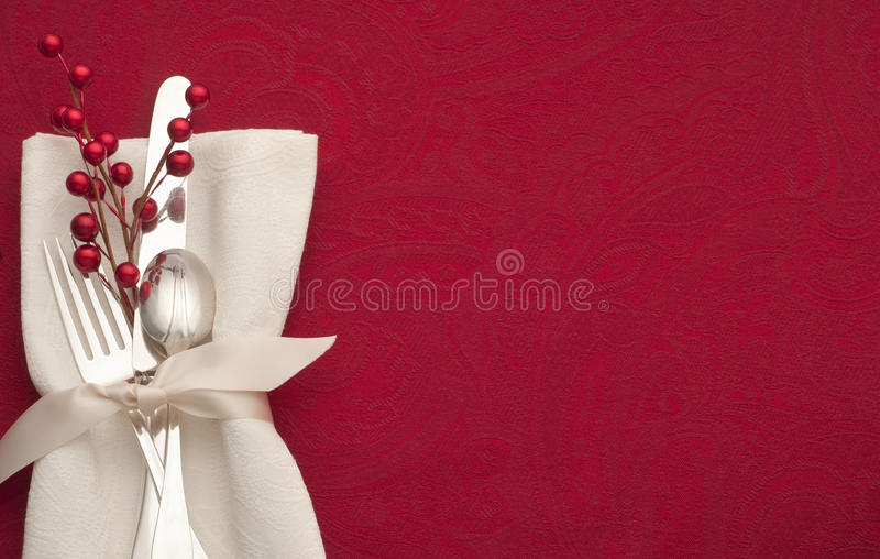 Tabla de la Navidad en rojo con los cubiertos, la decoración, y la servilleta blanca fotos de archivo