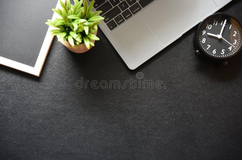 Tabla de la oficina con el teclado, ratón fotografía de archivo