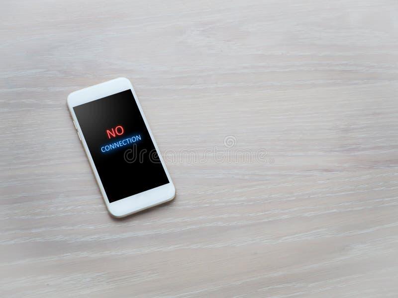 Tabla de la oficina sin mensaje de la conexión en la pantalla del teléfono celular imagen de archivo libre de regalías