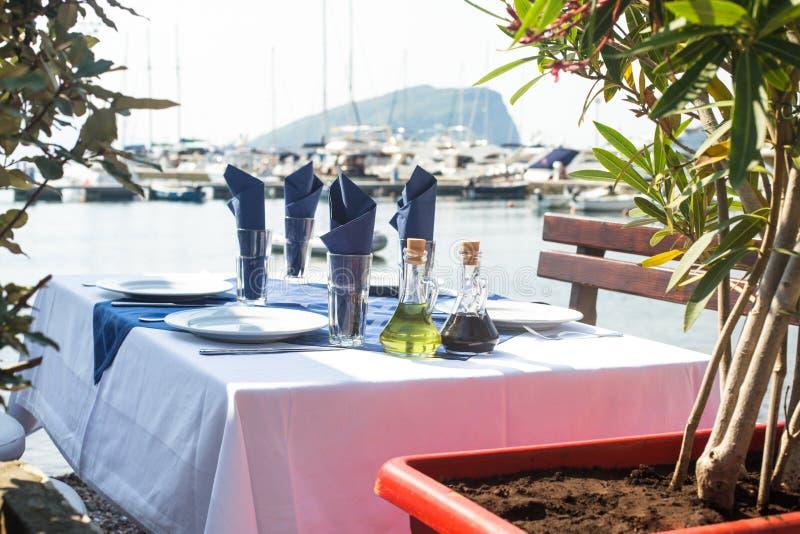 Download Tabla De La Porci?n Al Aire Libre Foto de archivo - Imagen de dining, relaxing: 41921078