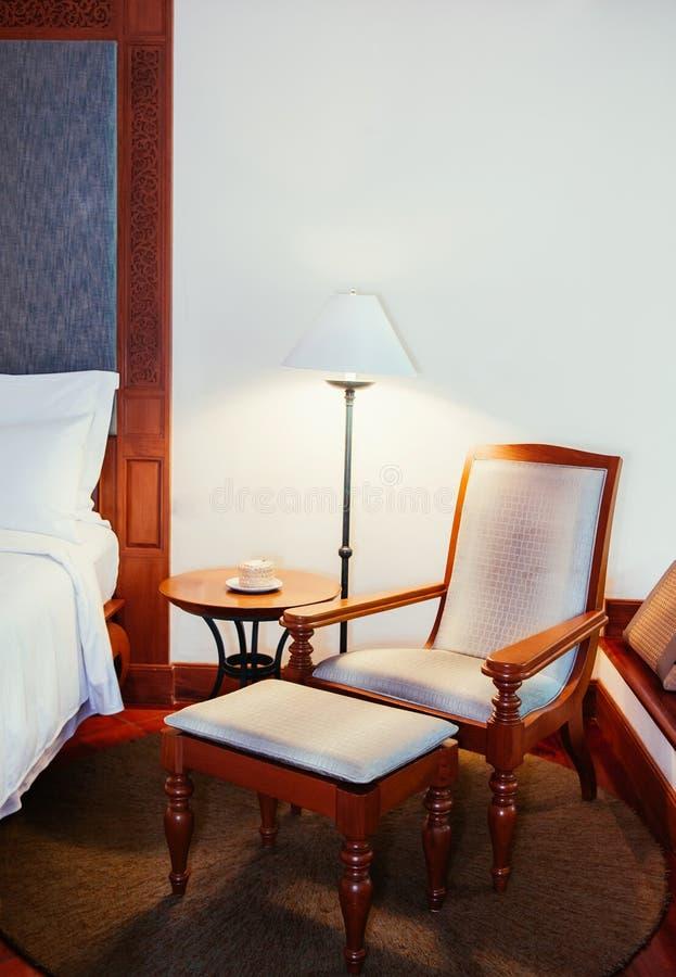Tabla de la teca clásica vieja, silla y lámpara de madera - bedr asiático del vintage foto de archivo