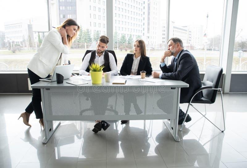 Tabla de Leads Meeting Around de la empresaria Discusi?n que habla compartiendo concepto de las ideas fotografía de archivo