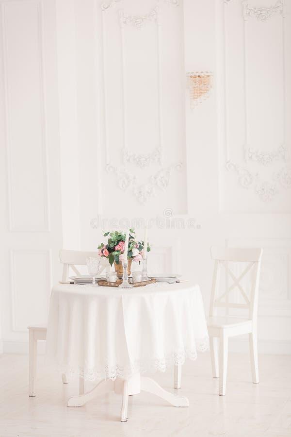 Tabla de lujo fijada para una cena de boda imágenes de archivo libres de regalías