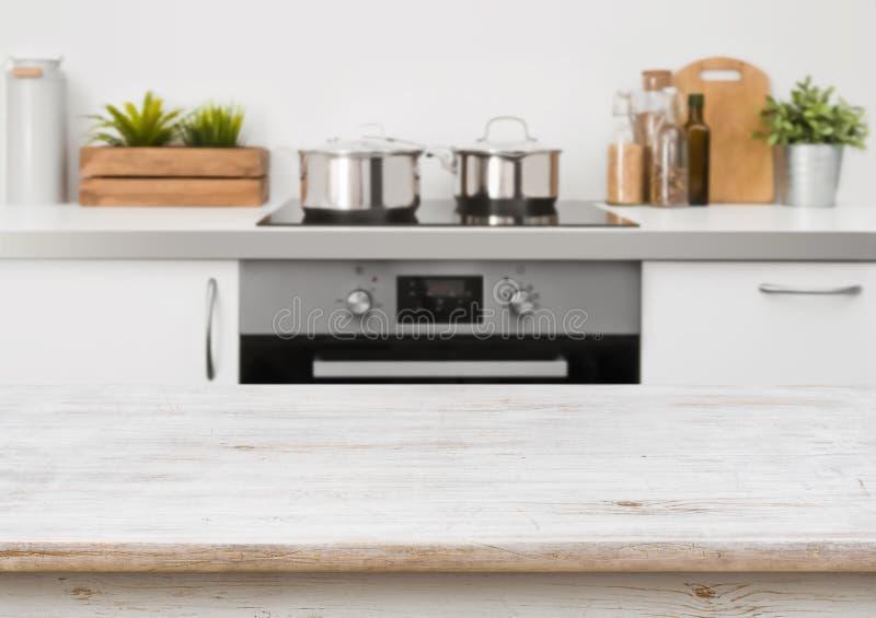 Tabla de madera blanqueada de la textura en fondo defocused del interior de la estufa de cocina imagen de archivo libre de regalías