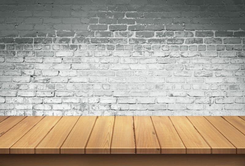 Tabla de madera con el fondo blanco de la pared de ladrillo fotografía de archivo libre de regalías