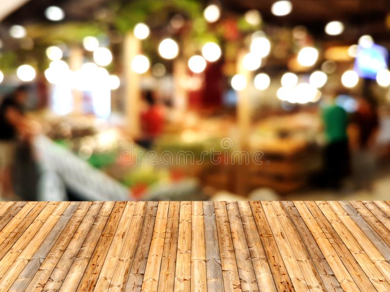 Tabla de madera con el fondo borroso de la alameda de compras foto de archivo libre de regalías