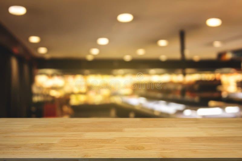 Tabla de madera con el fondo borroso montaje del centro comercial imágenes de archivo libres de regalías