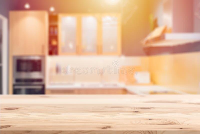 Tabla de madera con el fondo de la cocina de la falta de definición imagen de archivo