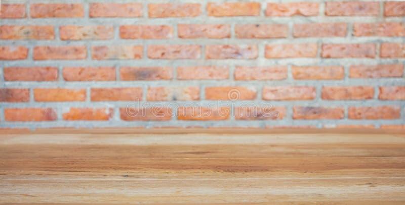 Tabla de madera con el fondo de la pared de ladrillo foto de archivo