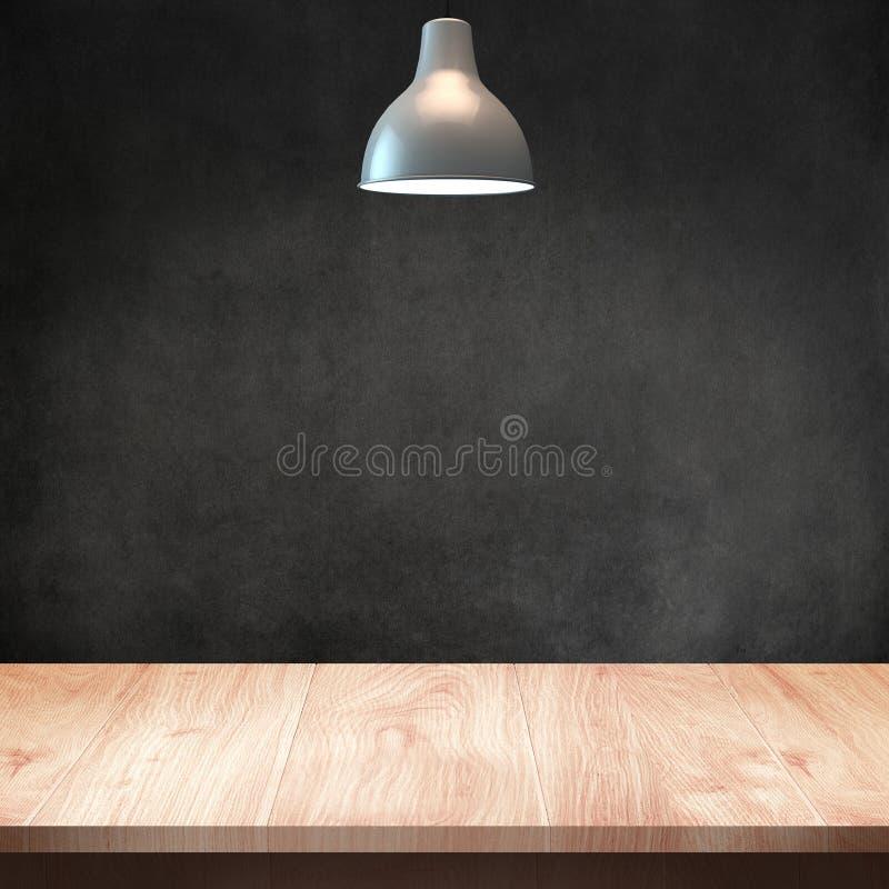 Tabla de madera con la lámpara y el fondo oscuro de la pared fotografía de archivo