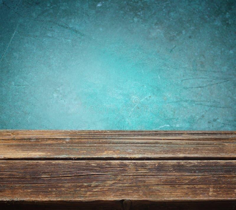 Tabla de madera contra fondo texturizado azul imagen de archivo libre de regalías