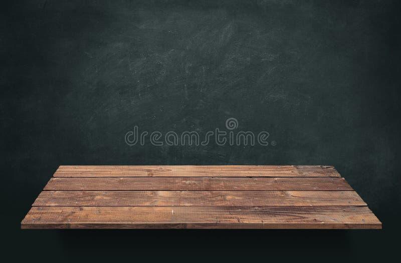 Tabla de madera del tablón con el fondo de la pizarra fotografía de archivo