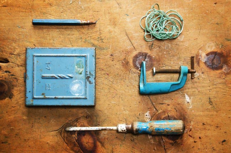 Tabla de madera del vintage con el taladro, el destornillador, la abrazadera, la plomada y la cuerda fotos de archivo