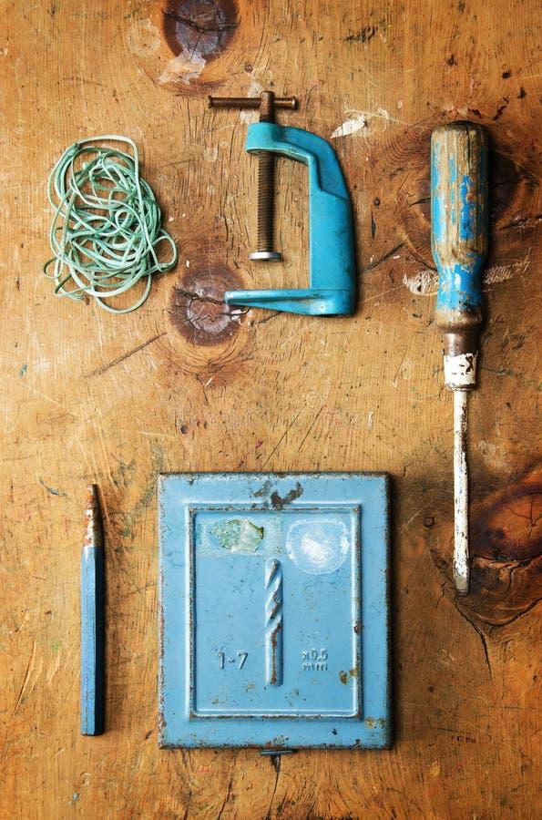 Tabla de madera del vintage con el taladro, el destornillador, la abrazadera, la plomada y la cuerda imagen de archivo libre de regalías