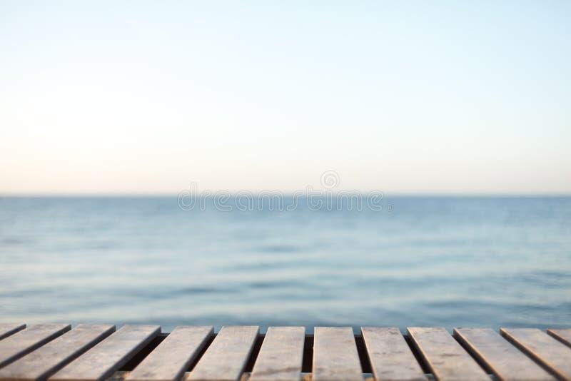 Tabla de madera delante del fondo borroso del mar imagen de archivo libre de regalías
