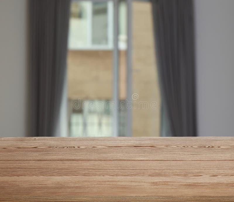 Tabla de madera delante de la ventana con las cortinas fotografía de archivo libre de regalías