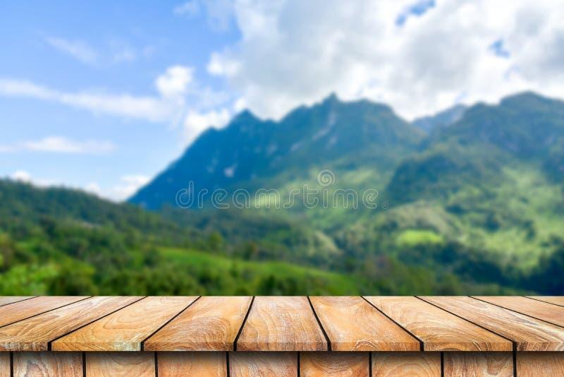Tabla de madera en el paisaje hermoso de la montaña foto de archivo libre de regalías
