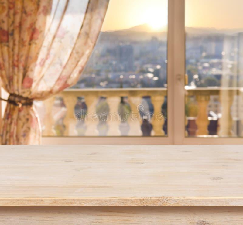 Tabla de madera en fondo borroso de la ventana del balcón imagen de archivo
