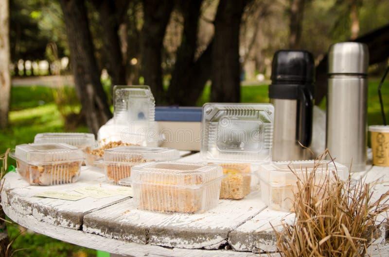 Tabla de madera en un estilo rústico con los pasteles en cajas en un café del rústico-estilo imágenes de archivo libres de regalías