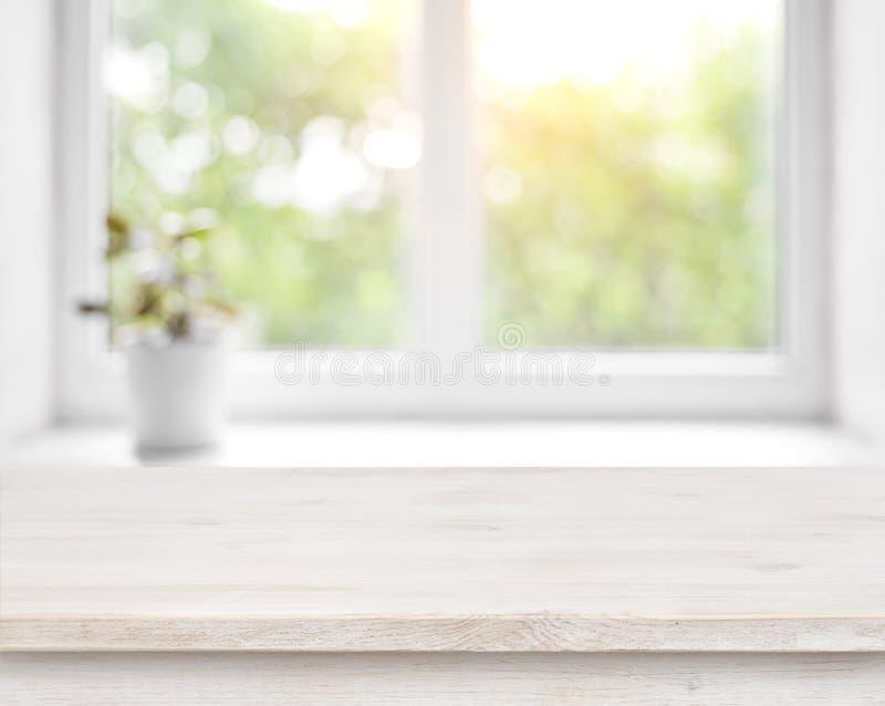 Tabla de madera en ventana defocused del verano con el fondo de la maceta foto de archivo
