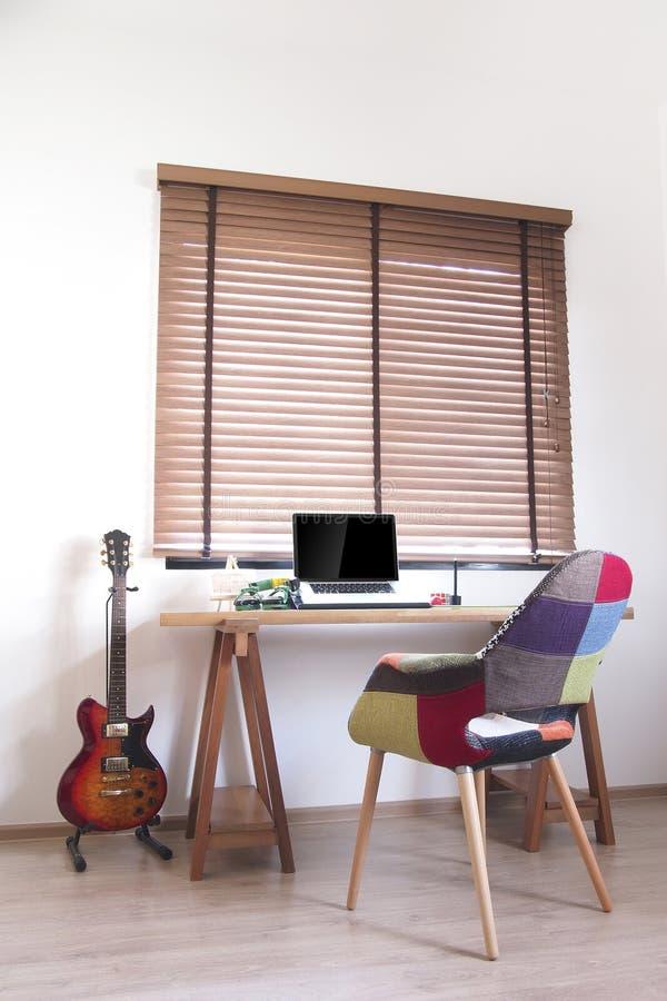 Tabla de madera fijada en espacio de funcionamiento foto de archivo libre de regalías